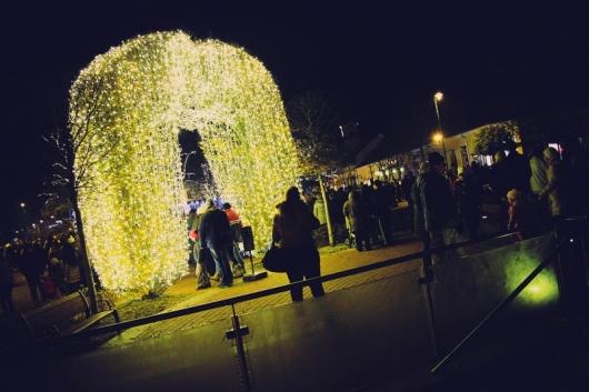 A főtér ünnepi díszben, a harmdaik gyertya készenlétben (Fotó: Rajki Judit)